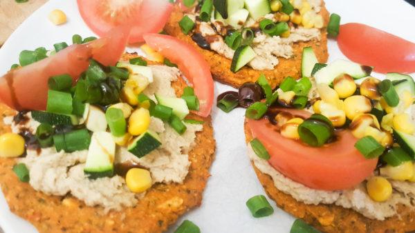 Süßkartoffel- Fladen mit Hummus und Gemüse