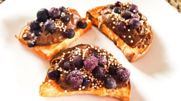 Süßkartoffel- Toast mit Schokocreme und Blaubeeren