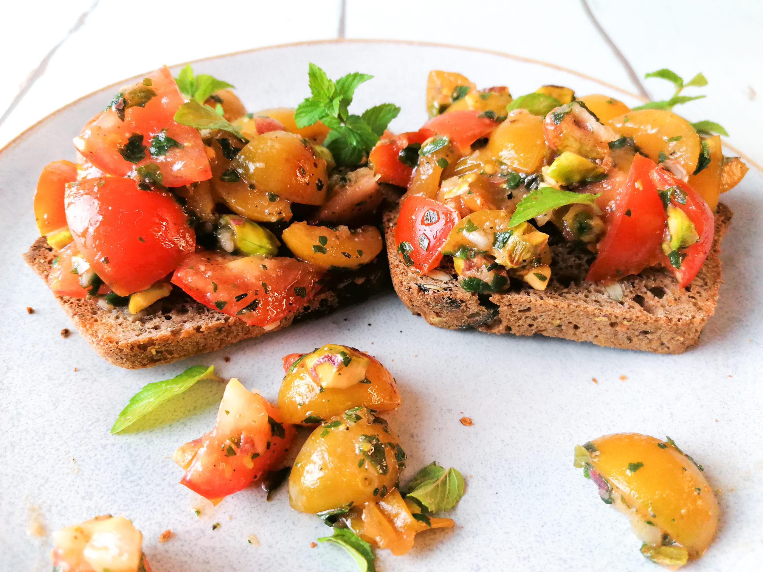 Spätspmmerliches Mirabellen- Tomaten Bruschetta