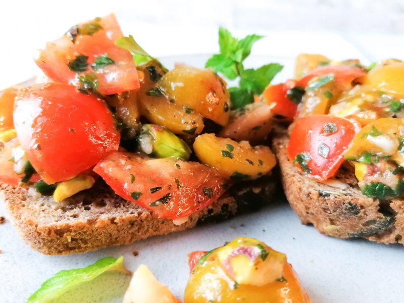 Spätsommerliches Mirabellen- Tomaten Bruschetta