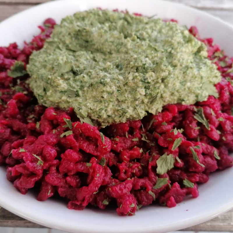 Rote Beete Spätzle mit feiner Spinat-Cashew Soße